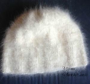 Pipo, 100% koirankarvaa (samojedi), käsinkehrätty lanka. Pipoa pidetty 2 talvea, muutaman kerran tuuletettu ja annettu lumipesut. Karva nousee käytössä pystyyn ja pipon pinta pörhistyy. Samalla pipon lämpöarvo nousee ja tuulenpitävyys lisääntyy. Tuote vain paranee käytössä. Karva hylkii likaa ja puhdistuu kuin itsestään lumipesulla.