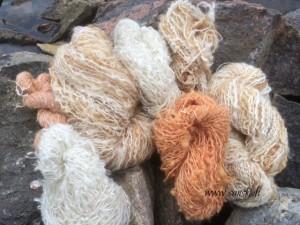 Luonnonväreinvärjättyä sekä värjäämätöntä mohair buglee-lankoja